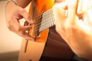 Su gitara desine ranka